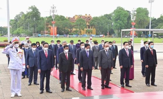 Các đồng chí lãnh đạo Đảng và Nhà nước thành kính tưởng nhớ công lao Chủ tịch Hồ Chí Minh vĩ đại. Ảnh: VIẾT CHUNG