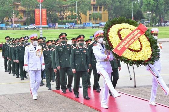 Đoàn đại biểu Quân ủy Trung ương và Bộ Quốc phòng đặt vòng hoa, vào Lăng viếng Chủ tịch Hồ Chí Minh. Ảnh: VIẾT CHUNG