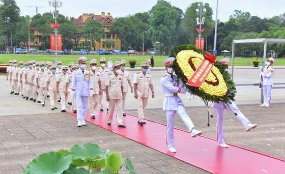 Đoàn đại biểu Đảng uy Công an Trung ương và Bộ Công anđặt vòng hoa, vào Lăng viếng Chủ tịch Hồ Chí Minh. Ảnh: VIẾT CHUNG