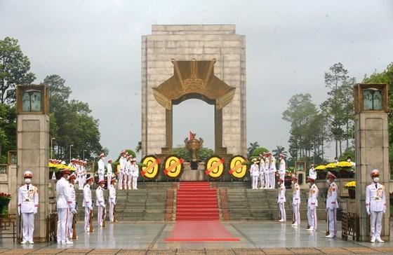 Đài tưởng niệm các Anh hùng liệt sĩ trên đường Bắc Sơn. Ảnh: VIẾT CHUNG