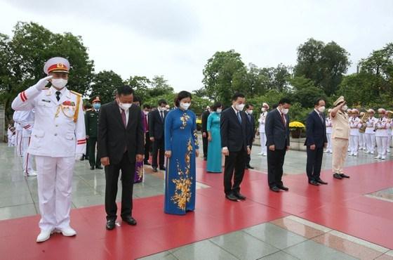 Thành ủy, HĐND, UBND thành phố Hà Nội tưởng niệm các Anh hùng liệt sĩ. Ảnh: VIẾT CHUNG