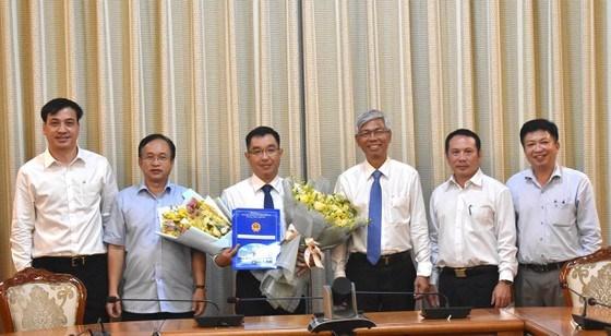 Tân Phó Giám đốc Sở Xây dựng TPHCM Huỳnh Thanh Khiết nhận hoa chúc mừng của lãnh đạo TPHCM và đồng nghiệp