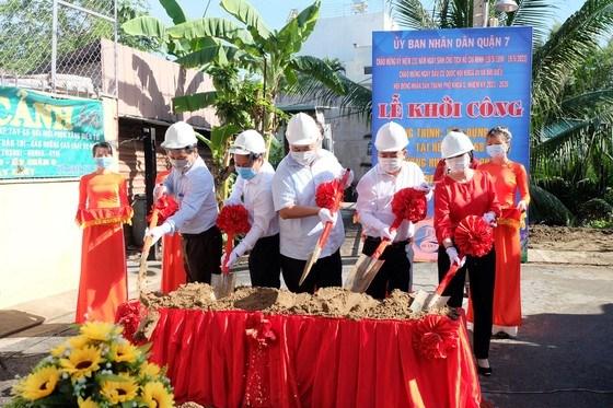 Lãnh đạo quận 7 thực hiện nghi thức khởi công