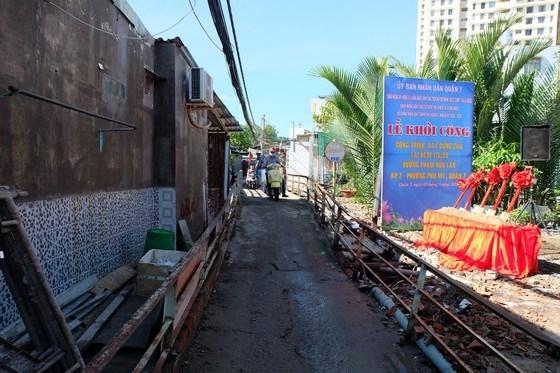 Cầu tại hẻm 115/59 đường Phạm Hữu Lầu đã xuống cấp, hiện được quận 7 khởi công xây mới