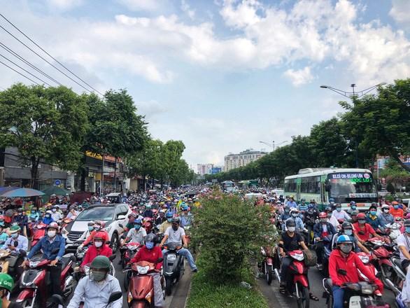 Xe cộ ken đặc trên đường Trường Chinh (Q.Tân Bình) - Ảnh: CHÂU TUẤN