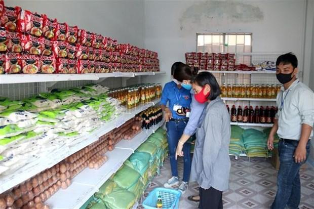 Người dân mua sắm tại Siêu thị 0 đồng. (Ảnh: Nguyễn Thanh/TTXVN)