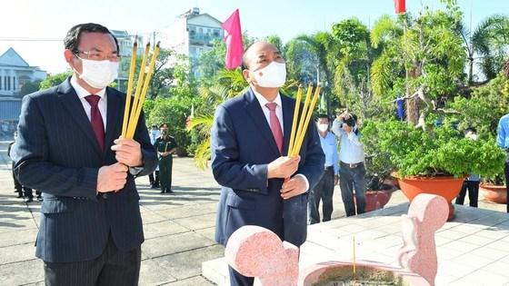 Chủ tịch nước Nguyễn Xuân Phúc và Bí thư Thành ủy TPHCM Nguyễn Văn Nên dâng hương tại di tích Nhà thương Giếng Nước. Ảnh: VIỆT DŨNG