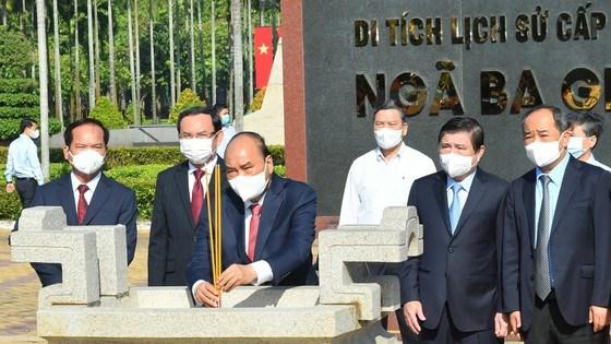 Chủ tịch nước Nguyễn Xuân Phúc dâng hương tại Di tích Ngã Ba Giồng. Ảnh: VIỆT DŨNG