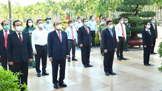 Chủ tịch nước Nguyễn Xuân Phúc cùng các đồng chí lãnh đạo TPHCM dâng hoa tại di tích Ngã Ba Giồng. Ảnh: VIỆT DŨNG