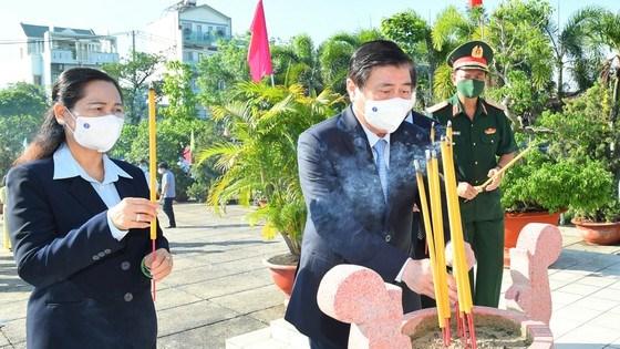 Chủ tịch UBND TPHCM Nguyễn Thành Phong và Chủ tịch HĐND TPHCM Nguyễn Thị Lệ dâng hương tại di tích Nhà thương Giếng Nước. Ảnh: VIỆT DŨNG