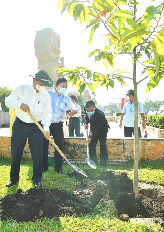 Chủ tịch nước Nguyễn Xuân Phúc trồng cây tại di tích Ngã Ba Giồng. Ảnh: VIỆT DŨNG
