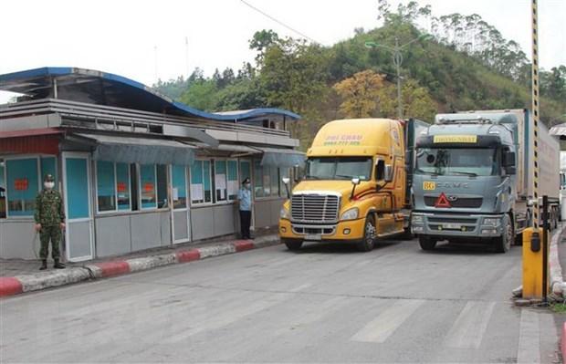 Phương tiện chuẩn bị xuất khẩu hàng hóa qua cửa khẩu quốc tế Hữu Nghị, Lạng Sơn. (Ảnh: Quang Duy/TTXVN)