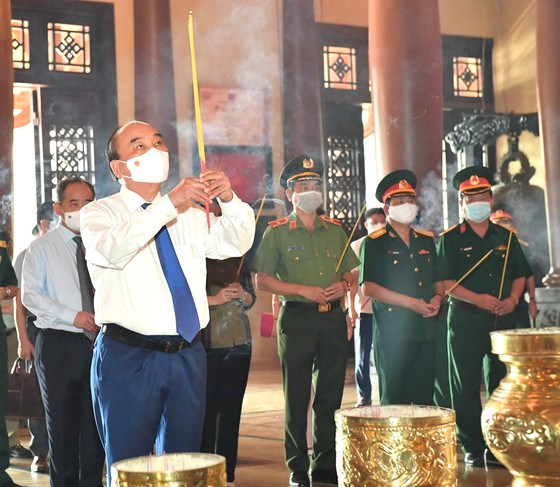 Chủ tịch nước Nguyễn Xuân Phúcdâng hương tại Đềntưởng niệm Liệt sĩ Bến Dược. Ảnh: VIỆT DŨNG
