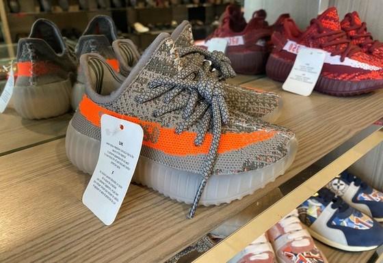Giày dép làm giả, nhái thương hiệu nổi tiếng bị thu giữ ngày 22-5