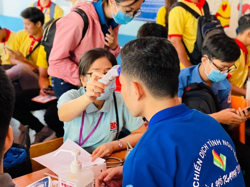 Người hiến máu được kiểm tra thân nhiệt, theo dõi sức khoẻ trước khi hiến máu