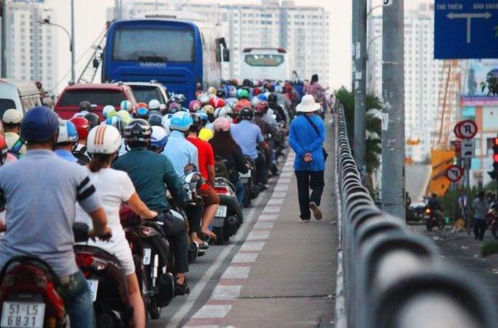 Cầu Nguyễn Tri Phương thường xuyên ùn ứ giao thông giờ cao điểm (Ảnh: QC)