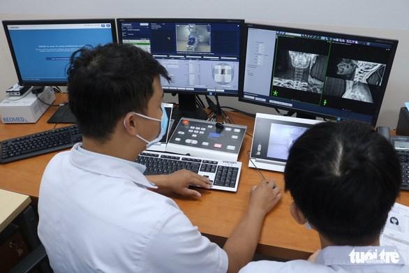 Trong quá trình xạ trị, các kỹ thuật viên sẽ ở phòng điều chỉnh, vận hành máy để quan sát, theo dõi bệnh nhân bên trong - Ảnh: HOÀNG AN