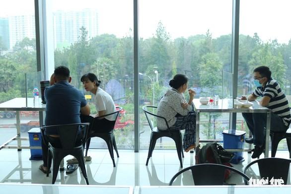 Không gian căngtin hiện đại, có view ngắm cảnh bên ngoài tại Bệnh viện Ung bướu cơ sở 2 - Ảnh: HOÀNG AN