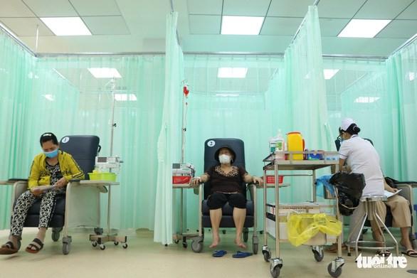 Tại khu vực hóa trị, mỗi bệnh nhân được ngồi ghế có màn che riêng kín đáo để vào thuốc - Ảnh: HOÀNG AN