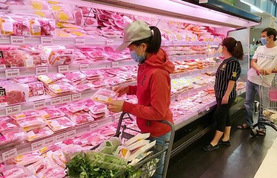 Người dân chọn mua thịt heo tại siêu thị. Ảnh: CAO THĂNG