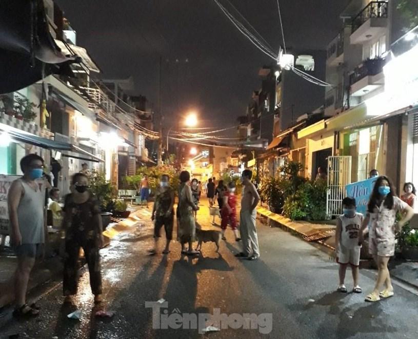 300 hộ dân đường Đoàn Phú Tứ (P.An Lạc A, Q.Bình Tân) vui mừng được gỡ phong tỏa