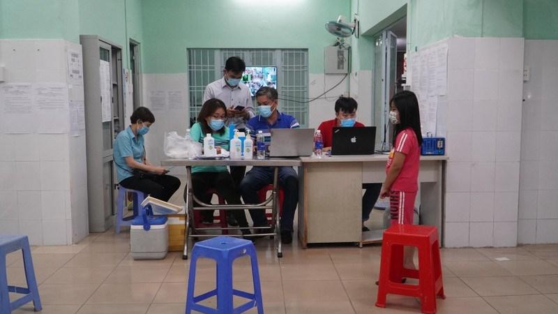 Lấy mẫu xét nghiệm người về từ Đà Nẵng, Bắc Giang, Bắc Ninh, Hà Nội tại Trung tâm Y tế Quận Phú Nhuận. Ảnh: Minh Tâm