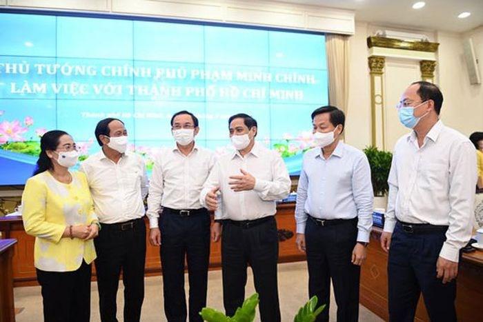 Thủ tướng Phạm Minh Chính trao đổi với Bí thư Thành ủy TP HCM Nguyễn Văn Nên cùng các lãnh đạo TP HCM ngày 13-5. Ảnh: NGUYỄN PHAN