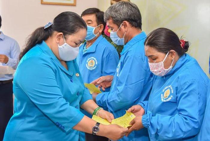 Bà Lê Thị Kim Thúy, Phó Chủ tịch LĐLĐ TP HCM, tặng thẻ BHYT cho đoàn viên Nghiệp đoàn Xe ôm Tân Bình