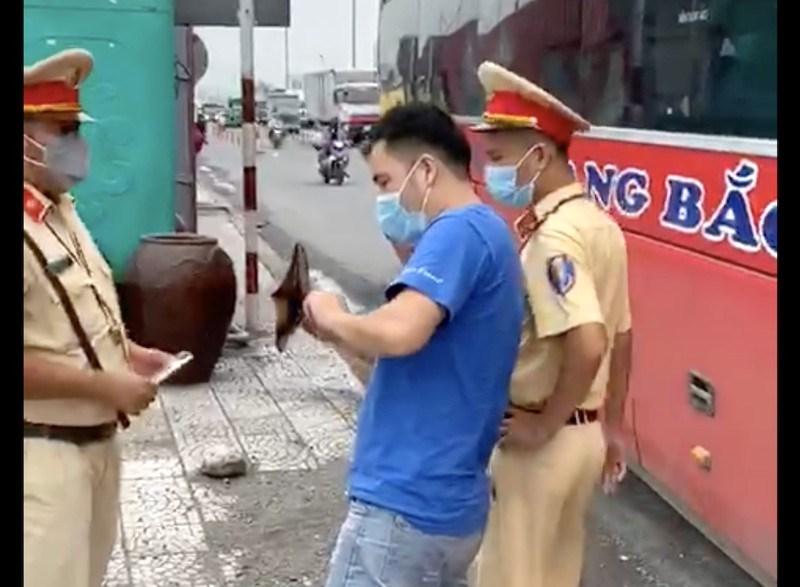 Lực lượng chức năng kiểm tra giấy tờ xe của tài xế xe khách vi phạm tạichốt cầu Đồng Nai. Ảnh: LÊ NHUNG