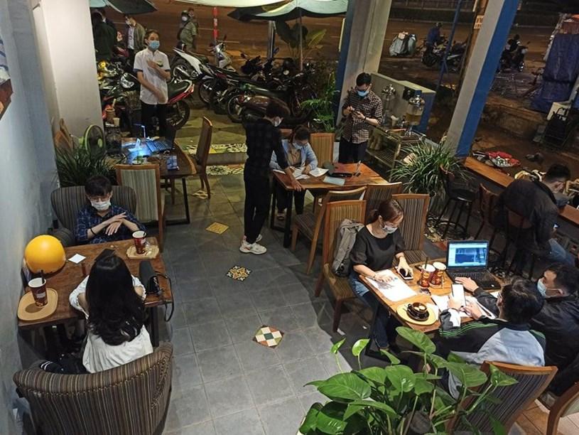 Một quán cà phê phục vụ hàng chục khách bị xử phạt.