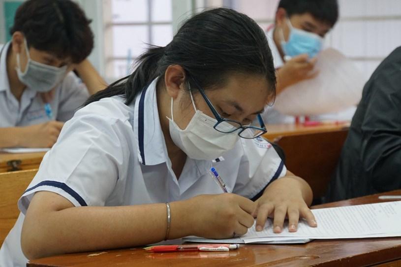 Học sinh lớp 9 tại TP.HCM ôn tập chuẩn bị cho kỳ thi vào lớp 10 năm 2021. Ảnh minh hoạ
