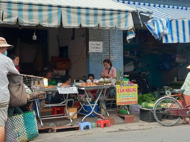 Tại khu vực chợ cóc trên đường Bùi Thế Mỹ (quận Tân Bình, TP HCM) nhiều người bán hàng vô tư tán gẫu, tập trung đông người,...song không đeo khẩu trang.