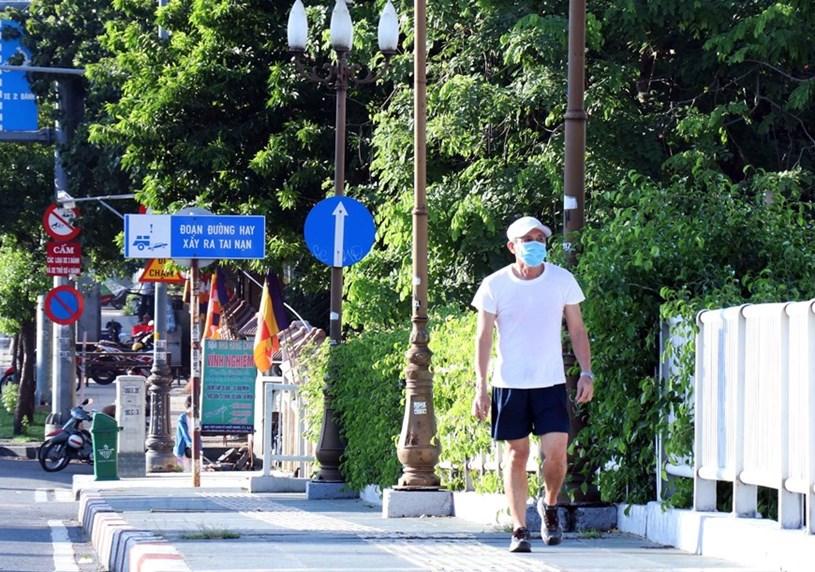 Người dân chấp hành đeo khẩu trang khi ra đường nhằm phòng chống dịch COVID-19. (Ảnh: Thu Hương/TTXVN)