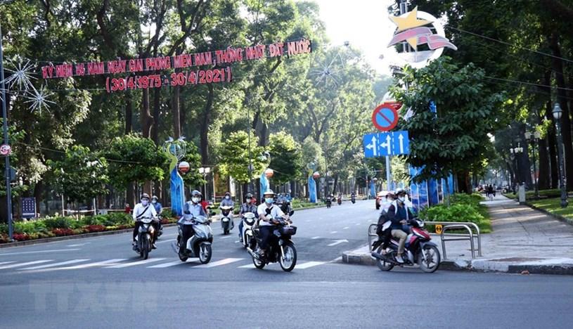 Người dân chấp hành đeo khẩu trang khi ra đường nhằm phòng chống dịch COVID-19. (Ảnh: Xuân Khu/TTXVN)