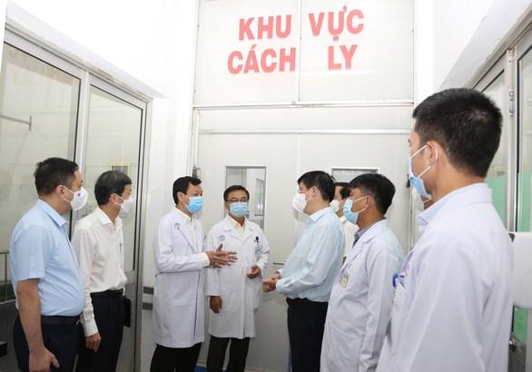 Bộ trưởng Bộ Y tế kiểm tra khu vực cách ly của bệnh viện - Ảnh: Bệnh viện Chợ Rẫy cung cấp