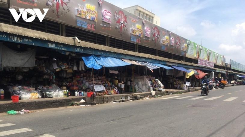 Một số quầy thực phẩm, nhu yếu phẩm ở chợ Gò Vấp vẫn mở để người dân mua sắm.
