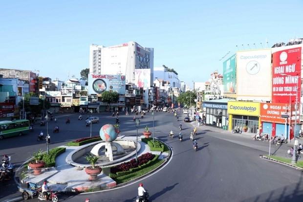 Vòng xoay Lăng Cha Cả, quận Tân Bình, TP.HCM thưa vắng người tham gia giao thông trong ngày đầu Thành phố thực hiện giãn cách xã hội theo Chỉ thị 15. (Ảnh: Xuân Khu/TTXVN)