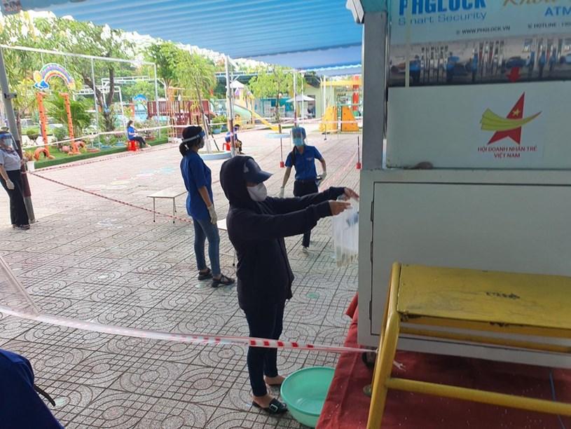 Nhận gạo tại ATM gạo ở phường Thạnh Lộc, quận 12, TPHCM. Ảnh: Công an TPHCM Online