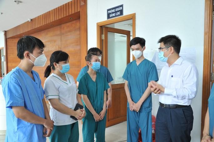 PGS-TS-BS Nguyễn Thanh Hiệp, Phó hiệu trưởng điều hành Trường ĐH Y khoa Phạm Ngọc Thạch đến thăm hỏi, động viên sinh viên, nhân viên y tế tại điểm cách ly của quận 8, TP HCM