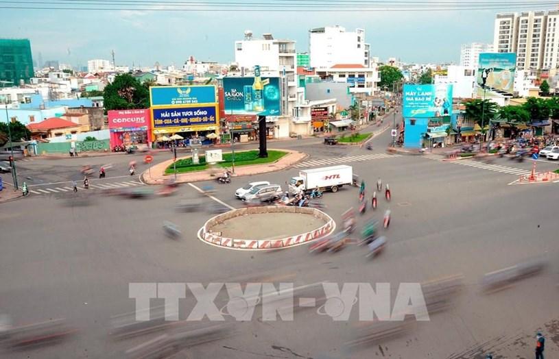 Vòng xoay trên đại lộ Phạm Văn Đồng (Quận Gò Vấp) vắng vẻ trong những ngày đầu giãn cách. Ảnh: An Hiếu - TTXVN