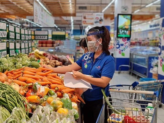 """Nhân viên Co.opmart đang """"đi chợ"""" giúp khách hàng"""