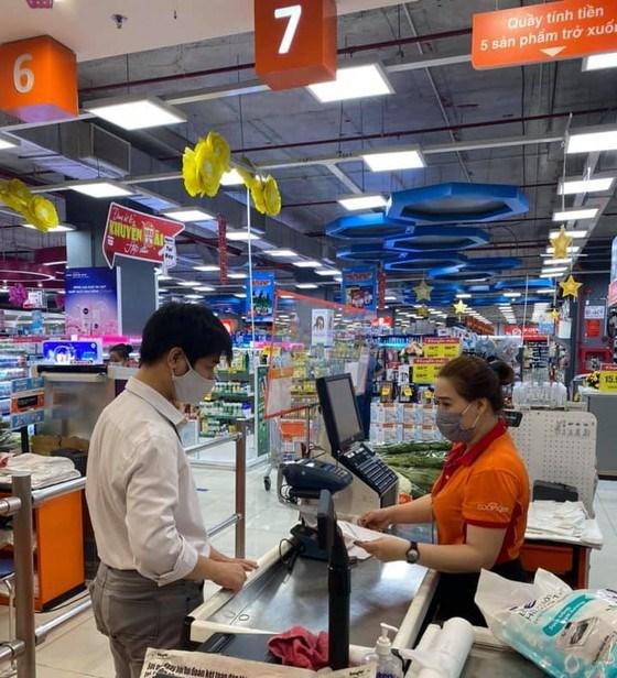 Khách mua sắm tại một siêu thị trên địa bàn TPHCM
