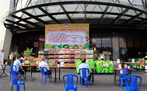 Lễ khai trương chương trình 'Siêu thị nghĩa tình Thủ Đức' và chương trình 'đi chợ giúp dân mùa COVID-19.' Ảnh: TTXVN phát
