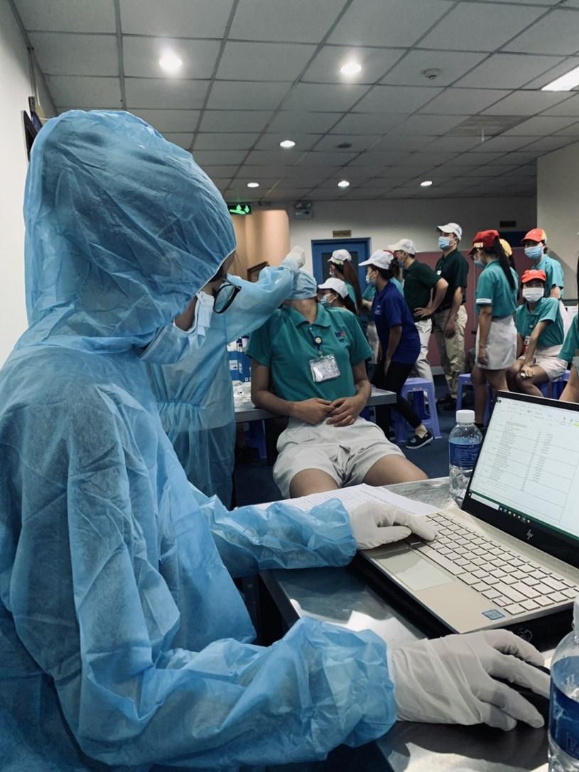 Sinh viên Trường ĐH Nguyễn Tất Thành tham gia lấy mẫu xét nghiệm cho người dân
