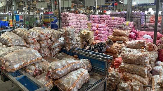Nông sản đủ loại chất đầy các cửa hàng tại chợ đầu mối Bình Điền. Ảnh:HOÀNG HÙNG