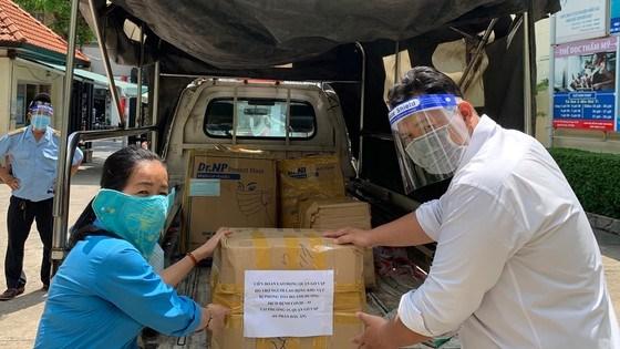 Tổ chức công đoàn TPHCM chuẩn bị quà và trao đến người lao động bị cách lytrên địa bàn quận Gò Vấp.Ảnh: THÁI PHƯƠNG