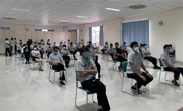 Các y, bác sỹ Trung tâm kiểm soát bệnh tật Tp Hồ Chí Minh và Quận 7 thực hiện xét nghiệm sàng lọc COVID-19 ngẫu nhiên cho công nhân ở Khu chế xuất Tân Thuận. (Ảnh: Thanh Vũ/TTXVN)