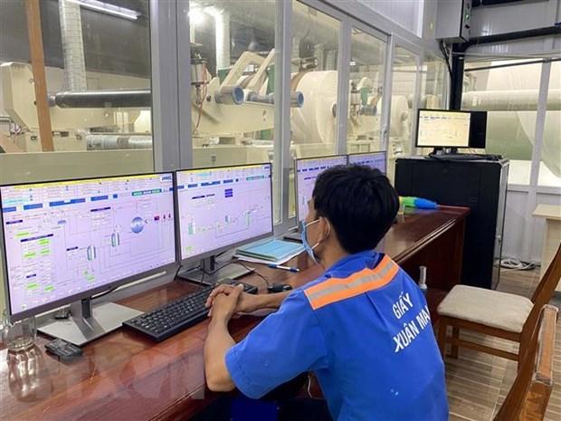 Công nhân lao động Công ty trách nhiệm hữu hạn giấy Xuân Mai ở Khu công nghiệp Hiệp Phước thực hiện giờ làm giãn cách phòng, chống dịch COVID-19. (Ảnh: Thanh Vũ/TTXVN)