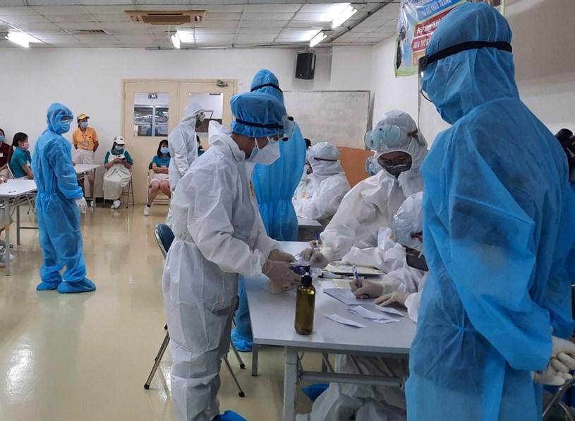 Ảnh: tổ chức lấy mẫu xét nghiệm mở rộng giám sát tại công ty nằm trong Khu chế xuất Tân Thuận (nguồn: Trung tâm Y tế quận 7)
