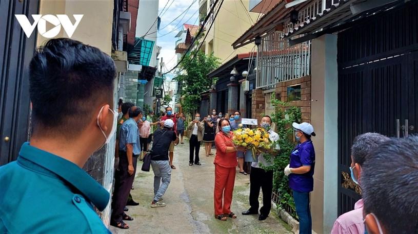 Bà con hẻm 415 Nguyễn Văn Công ra nghe thông báo của phường về việc kết thúc thời gian phong tỏa.